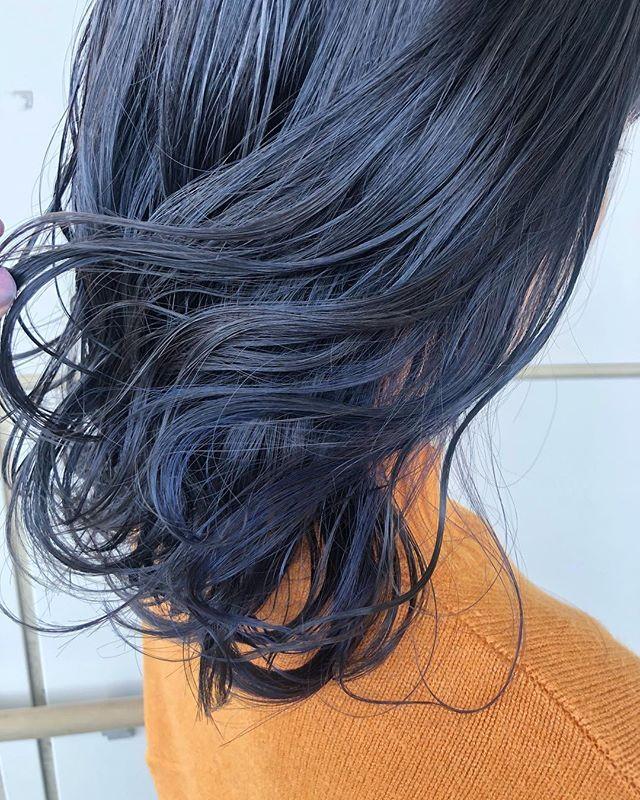 Sao Hair Instagram アッシュベースにブルーのインナーカラー Haircolor Hairstyle グレージュ ブルーブラック ネイビーブルー インナーカラー セミロング ヘアアレンジ 外国人風カラー マニパニ ヘアカラー 青 ヘアスタイリング カラフルヘアー