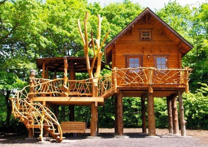 群馬県・浅間高原に広がる自然豊かなオートキャンプ場「北軽井沢スウィートグラス」。 約3万坪の敷地内には小川や森、草原があり、季節を問わず自然の中で楽しむことができます。テント泊はもちろん、童話の世界から飛び出してきたようなツリーハウスや星空を眺めながら眠れるコテージなど、宿泊のスタイルも様々。 大人も子どもも思いっきり遊べるキャンプ場から3つの宿泊施設ご紹介します。