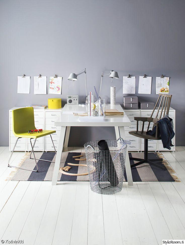 työpiste,työpöytä,koululaisen huone,nuoren huone,värikäs,raikas,säilytys,järjestys,seinävalaisin,matto,seinä,seinäkoriste,lastenhuone