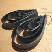 Recycled Inner Tube Tire Earrings, these would be so easy to make!
