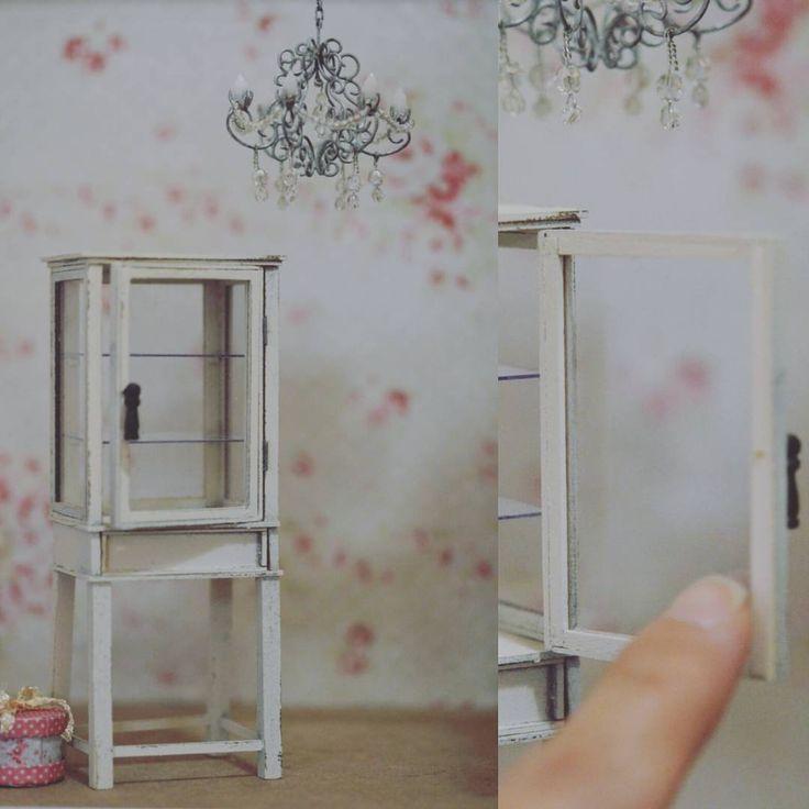 ずっと作りたかったキャビネットが出来ました。シャンデリアはスワロフスキーのビーズです✨ #ミニチュア#家具#シャンデリア#スワロフスキー#箱#アンティーク #miniature#dollhouse#cabinet#light
