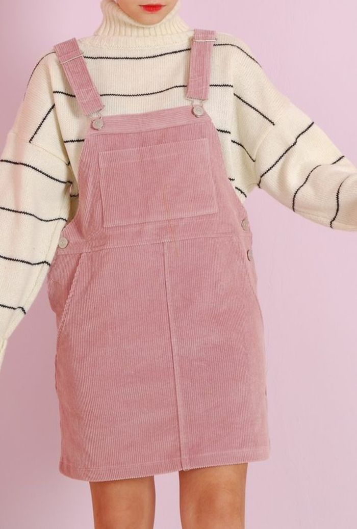 annee 80 look robe salopette rose avec pull aux rayures fines noires aux manches