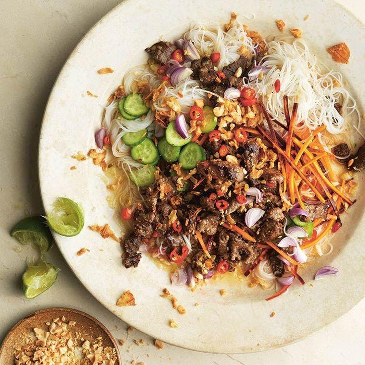 Bun betekent noedel, die in zuidoost-Azië in allerlei soorten en maten wordt gegeten. Deze salade met geroerbakte biefreepjes is het lekkerst met mihoen, want die neemt de pittig-zure dressing goed op.    1 Verwijder de harde delen van het citroengras...