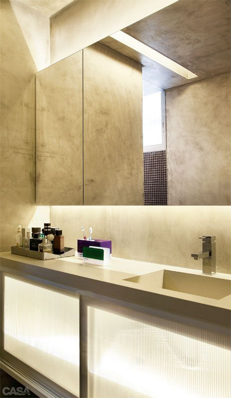O banheiro da suíte, criado na reforma, ganhou armários com portas de policarbonato. - Apartamento de 95 m² ficou lindo decorado em tons pastel .