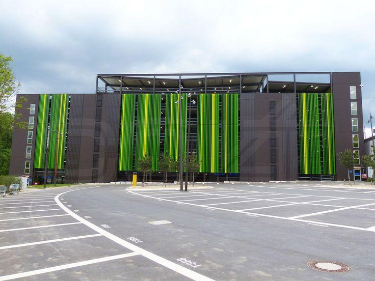Bis zu 50.000 Besucher, 115.000 Quadratmeter Verkaufsfläche, 4.800 Parkplätze: Im Bochumer Einkaufszentrum Ruhr Park können Besucher entspannt shoppen. Das Lamellensystem Structural Z von Colt beinhaltet einen modernen Sicht- und Sonnenschutz sowie eine Be-und Entlüftungsfunktion und verbindet damit technisches Know-how mit einem einzigartigen Aussehen. Das passt zum Einkaufserlebnis Ruhr Park in Bochum.