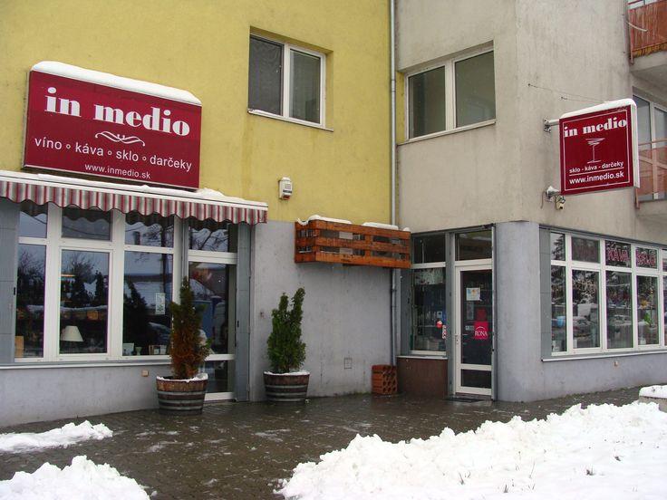 Zimná pohoda je aj u nás. Dnes varíme kávu Toscana. #kava #coffee #zimnapohoda #zima #sneh #zimnáatmosféra #pohoda #nakave #nakavu #inmedio #kaviaren #vinoteka #bratislava #snezenie #stvrtok