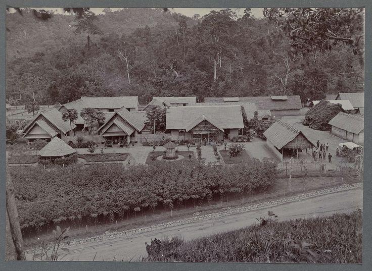 Anonymous | Bivak te Krueng Seumpo, Anonymous, 1903 - 1913 | Gezicht vanuit de heuvels op het bivak te Krueng Seumpo. Ingeplakte foto in een album met 87 foto's over de aanleg van de Gajoweg op Noord-Sumatra tussen Bireuen en Takinguen tussen 1903-1914.