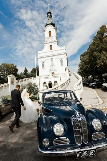 Kaasgrabenkirche Dobling Vienna - Old timer and wedding couple
