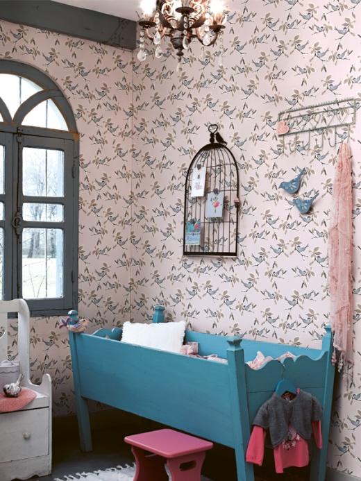 En ny tapet kan göra mycket för känslan i ett rum. Här har man valt att tapetsera Midbecs tapet Oyster 47093 som passar perfekt i barnrum.