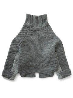 ルーズ感のあるざっくりとしたリブ編みのタートルニットです。 内袖は異なる編み方で切り替えになっています。 バックにはスリットが入り、袖口はロールアップのデザインです。 個性的なシルエットですが、様々なボトムと合わせ易い一着です。  size36 着丈70cm 身幅116cm 裄丈約76cm 78% wool,19% nylon,3% alpaca  PRICE ¥42,000  (+tax)