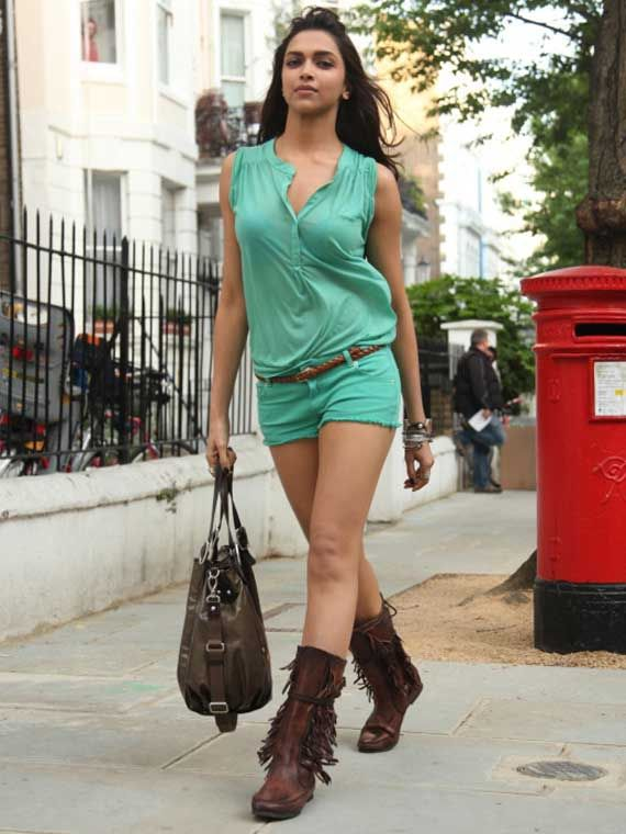 Dress up classy like Deepika Padukone in a teal tee and matching shorts. Add a cool touch to your ensemble with a chocolate-brown bag and belt.