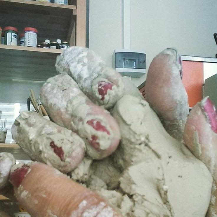 İnsanoğlu ateşi bulunca çamuru şekillendirip pişirmeye başlamış… #ceramic #clay #claymaking handmade #çamur #seramik #ceramicist