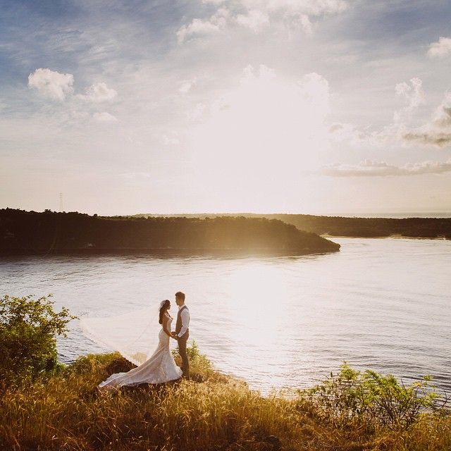 Sunset #prewedding shoot at the beautiful and quiet #nusapenida. Photo by Apel Photography #Bali Book your wedding photoshoot at www.onethreeonefour.com/listing/ApelPhotography