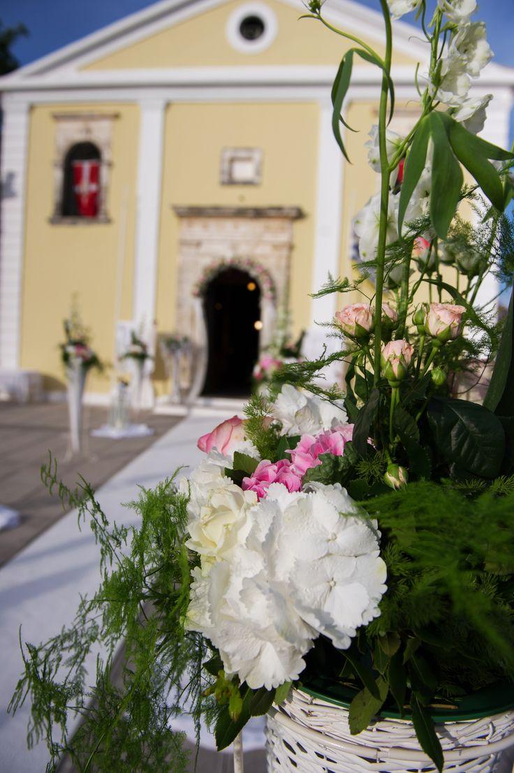 White and pink church wedding decoraton  / λευκό και ροζ διακόσμηση της εκκλησίας