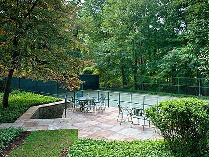 B-E-A-U-T-I-F-U-L My dream tennis court - with a spectator terrace! OMG - the parties I could have!