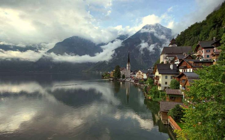 Pueblo de Hallstatt en los Alpes Austriacos a orillas del lago Hallstätter See. Fotografia by Josh Hill.