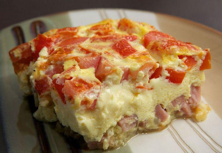 Een lekker koolhydraatarm hoofdgerecht, omelet uit de oven. Dit is een heerlijk ei recept met cheddar, mozzarella kaas, tomaat, en ham. De eieren blijven doordat ze in de oven zijn gebakken erg sappig.