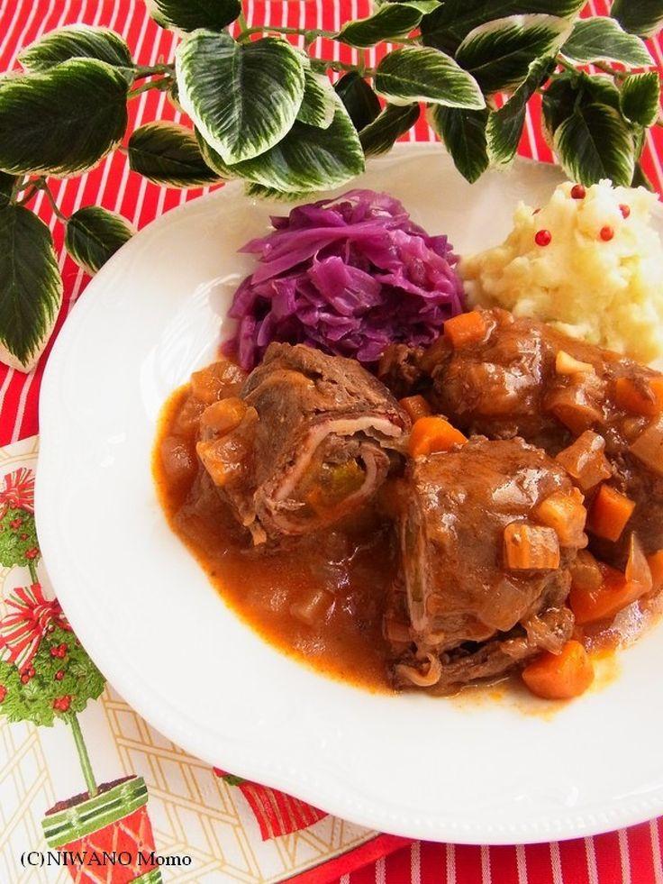 ひと鍋ドイツ料理 * 牛肉ロールの煮込み リンダールラーデン by 庭乃桃 / ドイツの定番煮込み料理・リンダールラーデンを、日本で買い求めやすい牛薄切り肉で作れるようにしました。マスタード、ベーコン、玉ねぎ、ピクルスを巻き込んだ牛肉をひたすらコトコト煮込んだら、ボリュームがあるのに重たすぎない、深い味わいのとびきりおいしい一皿に♪ / Nadia