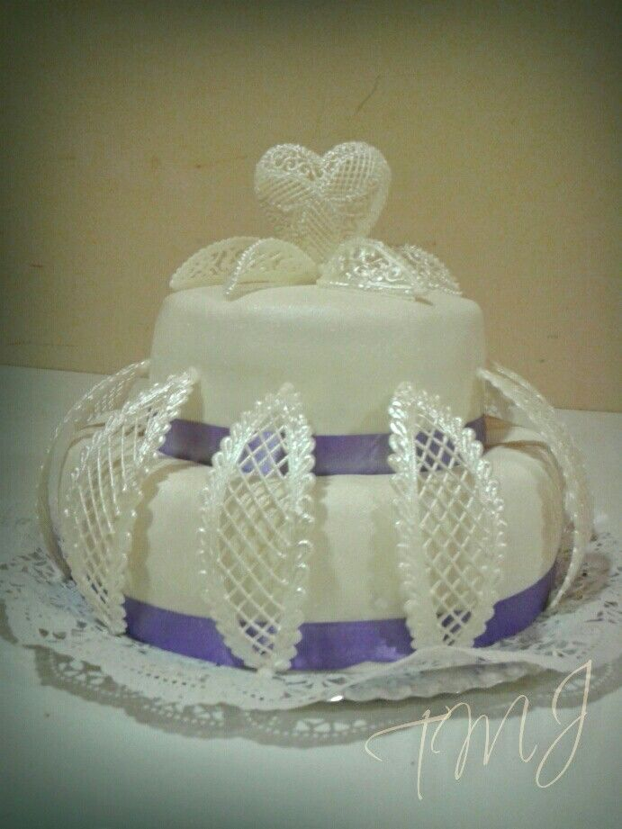 Lila-fehér glazúr csipkés esküvői torta/ Purple and white lace frosting wedding cake.