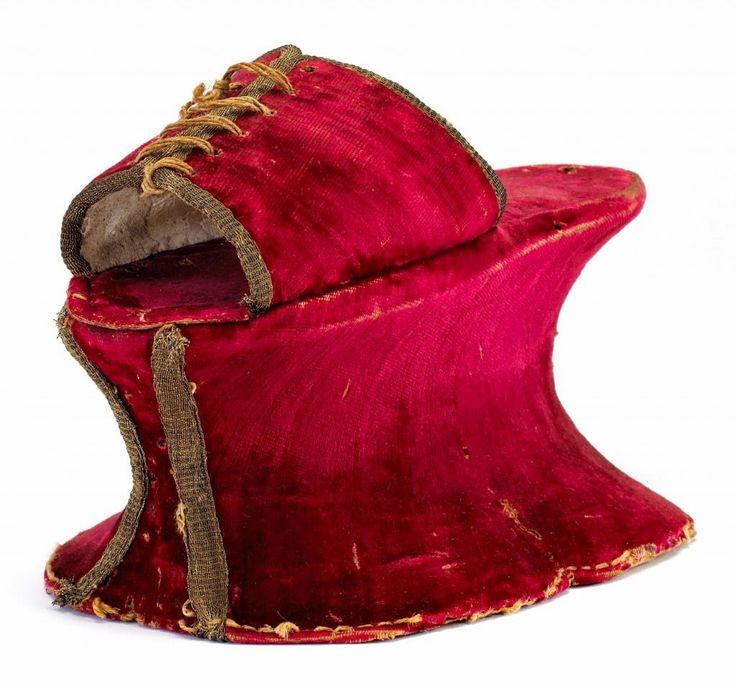 Αν και σχεδόν πάντα ήταν κρυμμένα, τα Ιταλικά chopines ήταν από κομψά υλικά, όπως αυτό το κόκκινο βελούδο από τον 16ο αιώνα