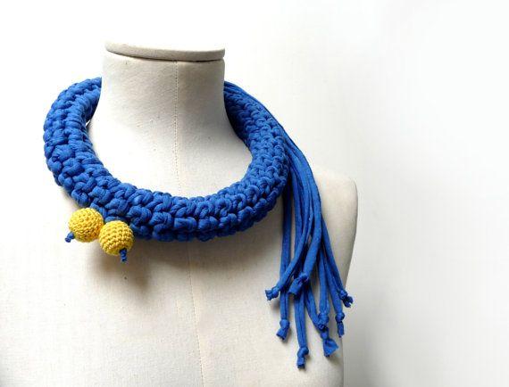 Collana crochet realizzata con filato di tessuto jersey blu elettrico - Sciarpa collo in jersey - Gioielli uncinetto - Gioielli in tessuto