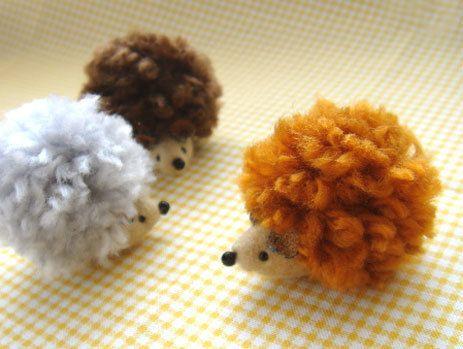 ハギレと、少しの毛糸でできる、小さなポンポンはりねずみです(^^) (ポンポンの直径は、約3センチです) ひもを付けて、ストラップにしても♪ とても簡単にできるので、ぜひいろんな毛糸で作ってみてくださいね。