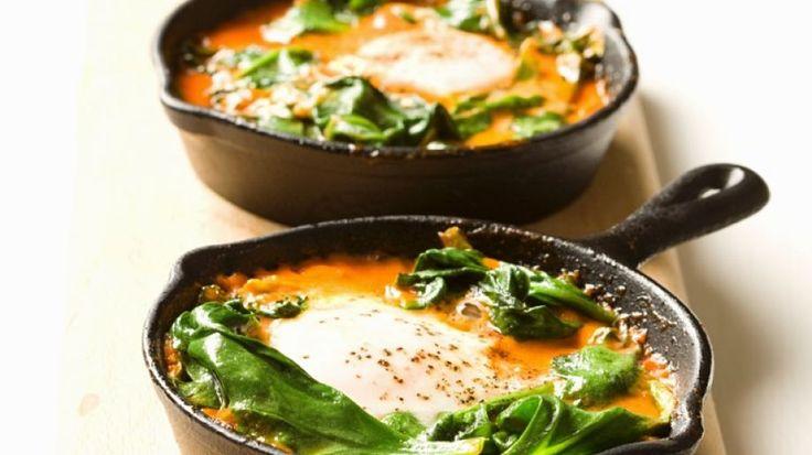 Pochierte Eier mit Spinat und Tomaten aus Israel | http://eatsmarter.de/rezepte/pochierte-eier-mit-spinat-und-tomaten-aus-israel