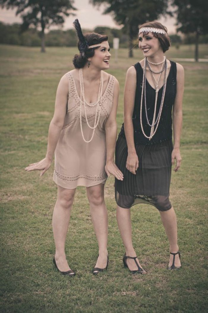 robe des années 20, deux femme en robes vintage, colliers longs avec des perles