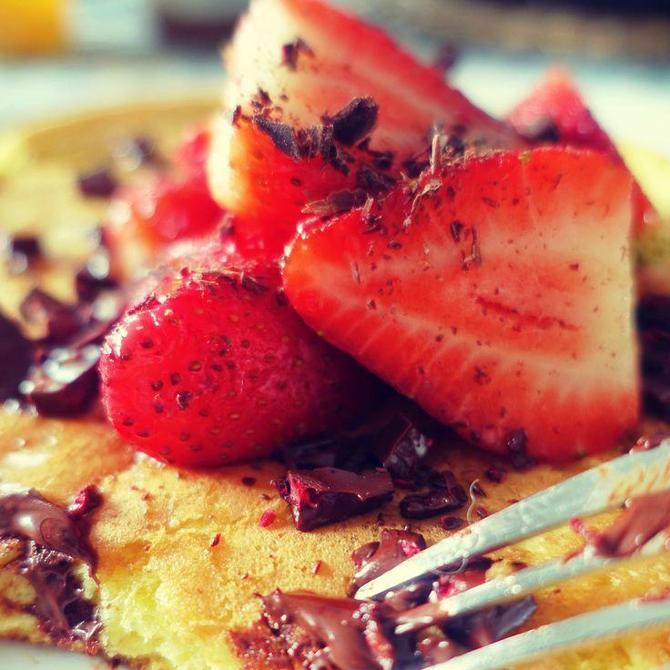 Pyszny bezglutenowy omlet jaglany podany z truskawkami i czekoladą. Idealny na leniwe weekendowe śniadanie.