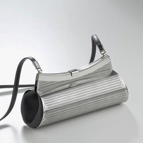 Wendy Stevens: A DAMA DE AÇO Para começar esta quarta-feira o meu bom dia é com o trabalho primoroso da designer norte americana Wendy Stevens e suas bolsas feitas em aço inoxidável! Confira o post na íntegra em: http://zip.net/bln2Vh