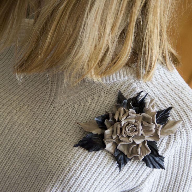 """Брошь - роза """"Амелия"""". Брошь сделана из тонкой кожи в двух цветах - бежевого и синего оттенка. Легкая. Крепление - брошечная булавка надежно и прочно закреплена. Прочно держится на одежде, не болтается. Листья """"посажены"""" на флористическую проволоку, поэтому можно слегка изменить их положение.Размер: диаметр цветка 8 см, длина 15 см #брошь…"""