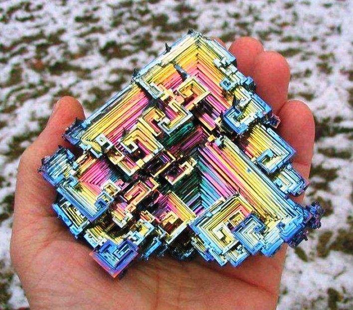 Gambar Foto bismuth sebuah element kimia dengan permukaan yang teroksidasi warna-warni cantik