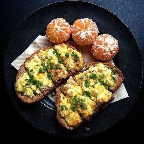 Frühstück heute #Eier auf Toast und ein paar Cle…