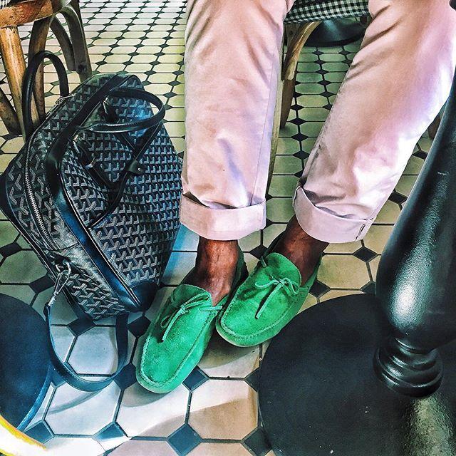 У моего мужа @z_buffet в роду точно были афроамериканцы... ... Пугает народ на улицах Питера!  #сныобиталии #изеленыйлюбимыйцвет #shoeporn by abelotserkovets