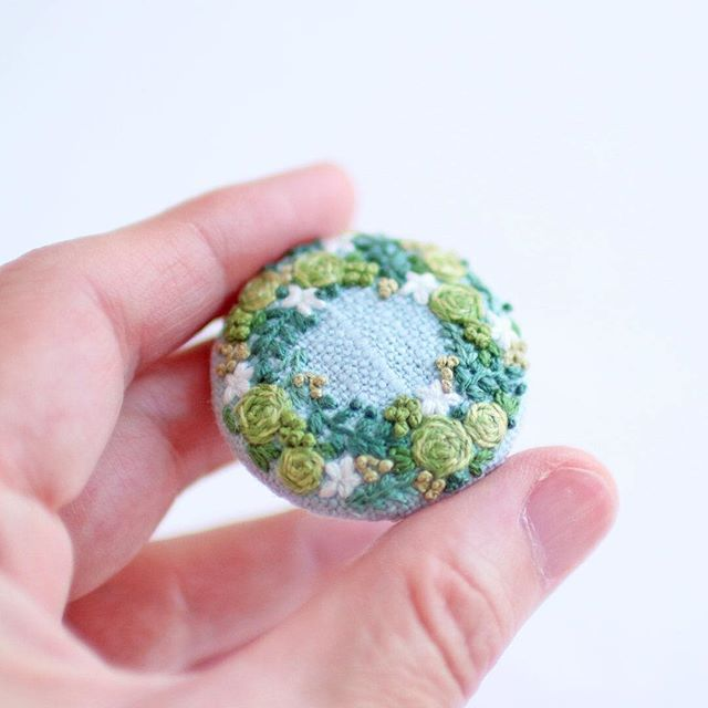 * . グリーンリースのブローチ🌿 . . #刺繍#手刺繍#ステッチ#手芸#embroidery#handembroidery#stitching#needlework#자수#broderie#bordado#вишивка#stickerei#ブローチ