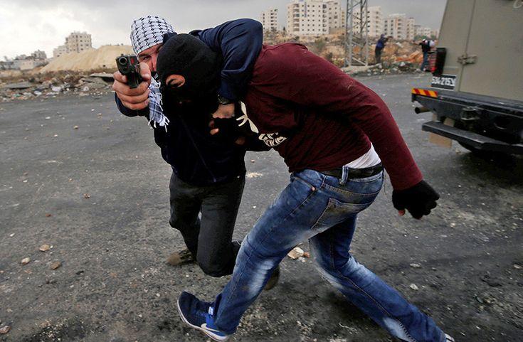 Imagen escalofriante: Fotógrafo capta el momento en que lo encañona un agente israelí de incógnito - RT
