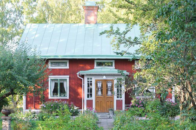 Högbo i Lågbo. Foto: Erika Åberg #gamla #hus #trädgårdar #rödfärg #plåttak #byggnadsvård #veranda #fönster #pardörrar #linoljefärg