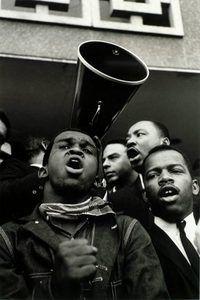 Steve Schapiro (americano, nato nel 1936), Andrew Young, Martin Luther King Jr. e John Lewis, Selma, Alabama, Anno 1965, stampa ai sali d'argento.  High Museum of Art, Atlanta, l'acquisto con i fondi del HB e Doris Massey Charitable Trust, 2007,219.