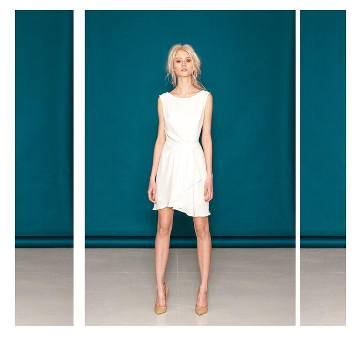 Jedwabna sukienka ecru z asymetrycznym dołem.