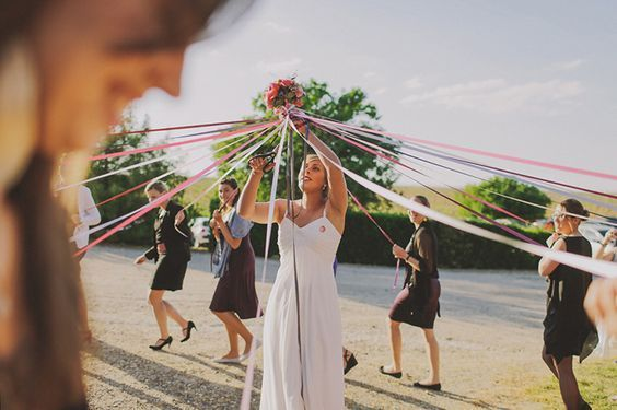 Alternative au lancer de bouquet de la mariée, le jeu du ruban.