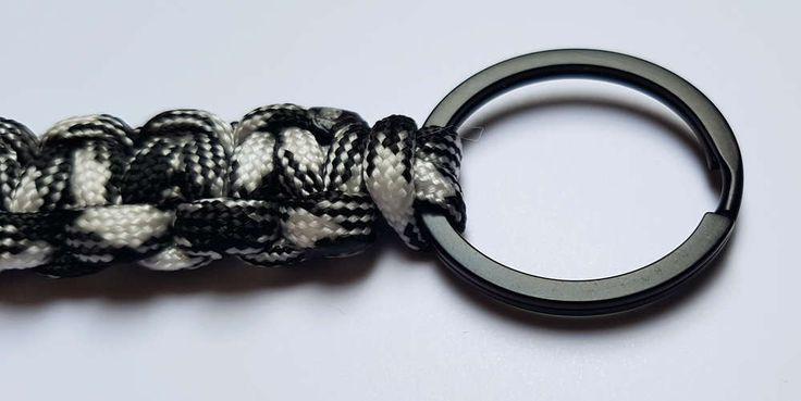 Schlüsselanhänger aus Paracord schwarz, weiß Dalmatiner.