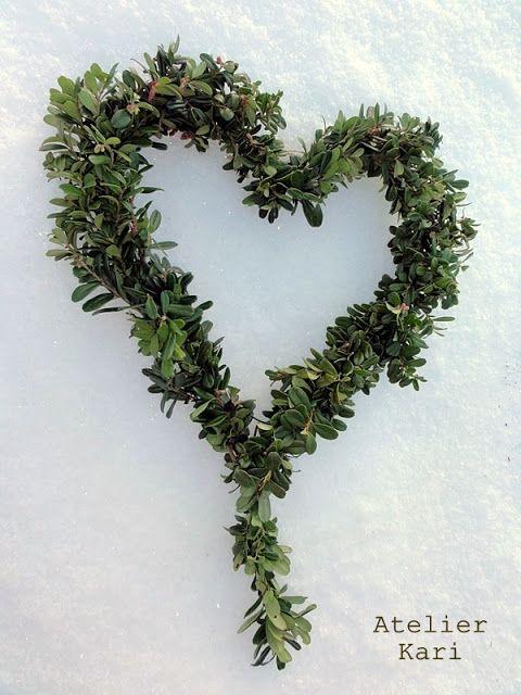 Atelier Kari naturdekorasjoner og kranser: Julekiling - kranser og hjerter i tyttebærlyng. Tips om oppbevaring av lyngen.