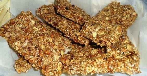 Un'idea semplice e golosa per una piccola pausa a metà mattinata? Se non avete voglia di mangiare le barrette ai cereali che si trovano comunemente in commercio, ecco una ricetta facile e veloce per farle in casa: bastano dei cereali, della frutta secca, dello sciroppo d'acero e un po' zucchero integrale!