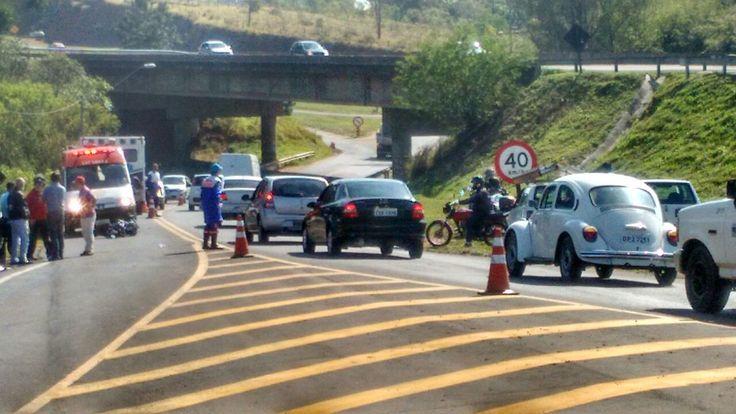 Motociclista desvia de cão e colide contra carro na Gastão Dal Farra - Duas pessoas ficaram feridas em uma colisão entre uma motocicleta e um carro no quilômetro 11 da Rodovia Gastão Dal Farra em Botucatu, perto do viaduto da Marechal Rondon, na manha desta sexta-feira, 02.  Segundo informações, um motociclista estava em uma moto Dafra e teria desviado de um cach - http://acontecebotucatu.com.br/policia/motociclista-desvia-de-cao-e-colide-contra-carro-na-gastao-dal-f