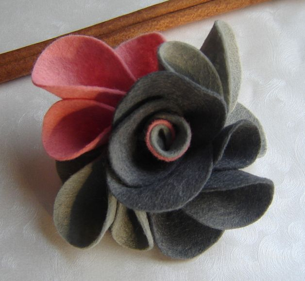 Beautiful brooch made of soft, soft felt. Extremely elegant. Made with great accuracy. Dimensions 10cm x 10cm. It has a traditional buckle broszkowe, silver. brooch is very decorative, fit, both...