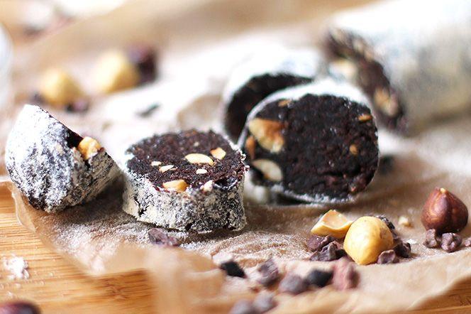 Italiensk chokladrulle Sältan från flingsaltet gifter sig fint ihop med chokladen och de rostade hasselnötterna. Med några nävar kakaonibs i smeten blir dessa godisbitar till riktiga mineralbomber.
