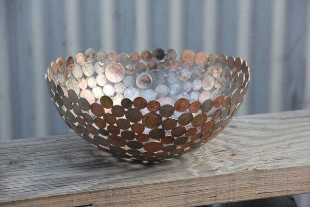 Las fascinantes figuras que un artista logra con llaves y monedas recicladas