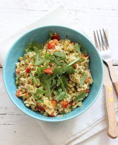 Het is zomers weer, dus het is fijn om een frisse salade te maken. Deze kip kerrie rijstsalade bijvoorbeeld!