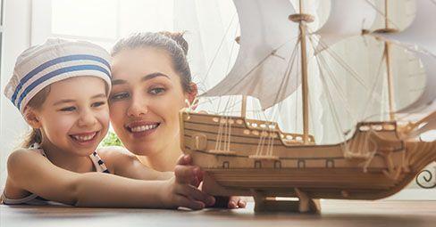 Älskar du att semestra vid havet så mycket att du längtar efter atmosfären vid Medelhavet när du är hemma på sommaren? Skulle du föredra att känna att du är på Costas jämt? Det är lättare än du tror! Vi visar dig de färger, material och objekt som du kan använda för att dekorera ditt hem för att skapa en medelhavsatmosfär.
