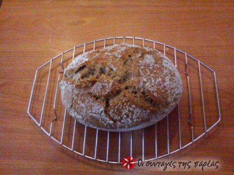 Πανεύκολη παρασκευή ψωμιού, χωρίς αρτοπαρασκευαστή. Θα σας πάρει περισσότερο χρόνο να διαβάσετε τη συνταγή παρά να το ετοιμάσετε... και δεν θα θέλετε να ξανα-αγοράσετε ψωμί από το φούρνο.  Η συνταγή είναι τηςΑργυρώς Μπαρμπαρίγου.